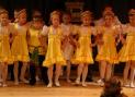Выступление детского коллектива школы с танцем